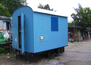 Dieser Bauwagen steht ab Mitte Oktober auf dem Außengelände der Wilden Wiese